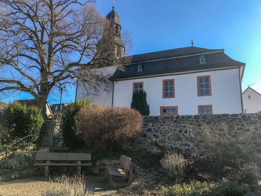 Rödgen - Bürgerhausstraße mit Kirche