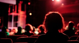 Zuschauer in einem Theater mit Bühne