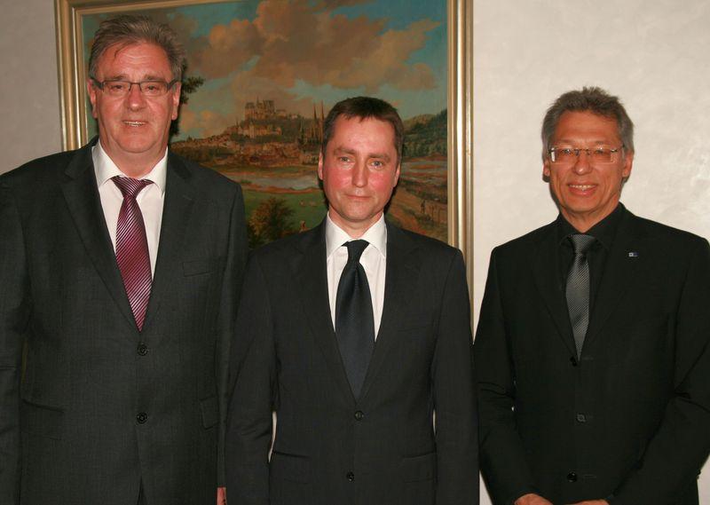 Aufsichtsratsvorsitzender Egon Vaupel (links) und Gesellschafterversammlungs-Vorsitzender Uwe Hainbach (rechts) mit Dr. Heinz Spremberg