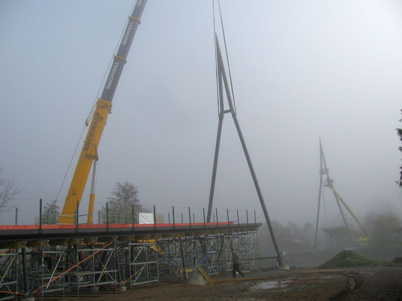 Aufstellung der Pylonen für den neuen Christoph-Rübsamen-Steg