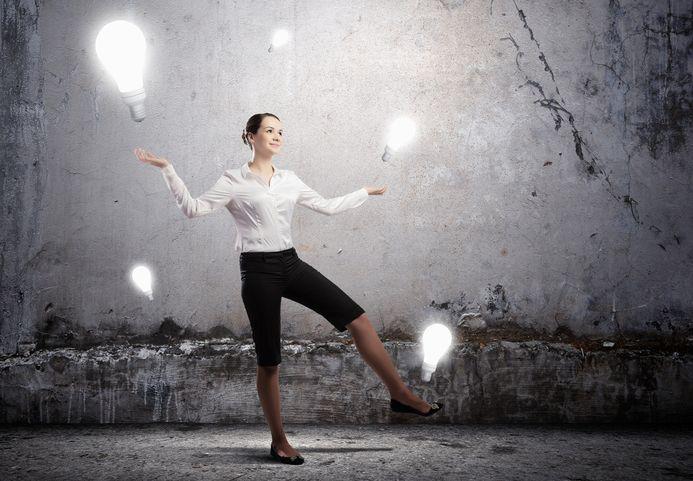 Frau jongliert