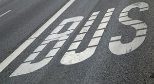 Schriftzug Bus auf Asphalt - Nahverkehr