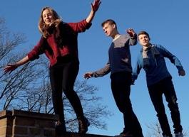 Jugendliche balancieren auf einer Mauer