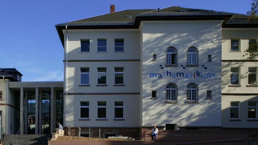 Mathematikum Außenansicht mit Logo