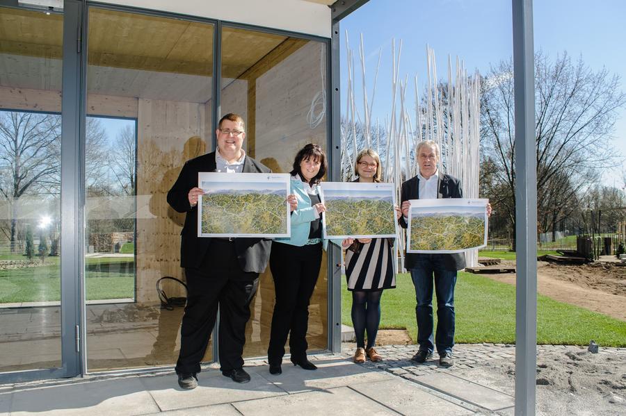 v. l.: Jens Ihle (RMG-Geschäftsführer), Daniela Ruth, Joanna Müller (beide Gießen Marketing GmbH) und Kurt Hillgärtner (Vorsitzender des Vereins Region GießenerLand)  stehen mit Entwürfen der Karte am Pavillon.