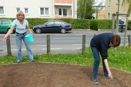 Die Aktiven der Hundeschule Paparone und des Tierschutzvereins Gießen beim Säen