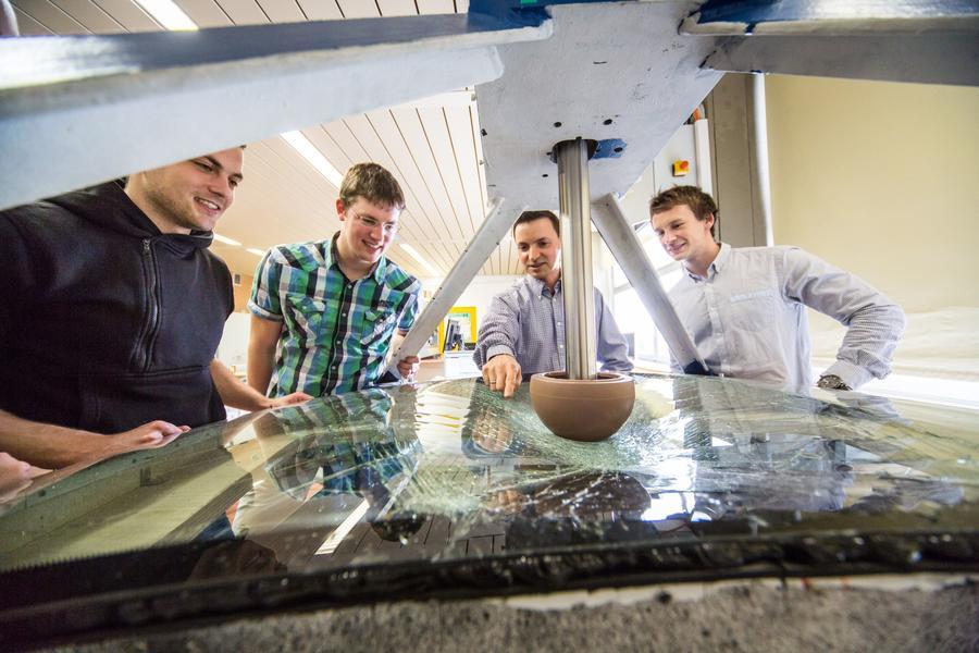 Diskussion am Prüfstand: Christian Alter, Manuel Roth, Prof. Stefan Kolling und Jonas Hölz (von links)