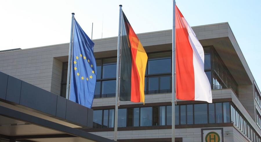 Beflaggung vor dem Rathaus - hier die Europa-, Bundes- und Landesflagge