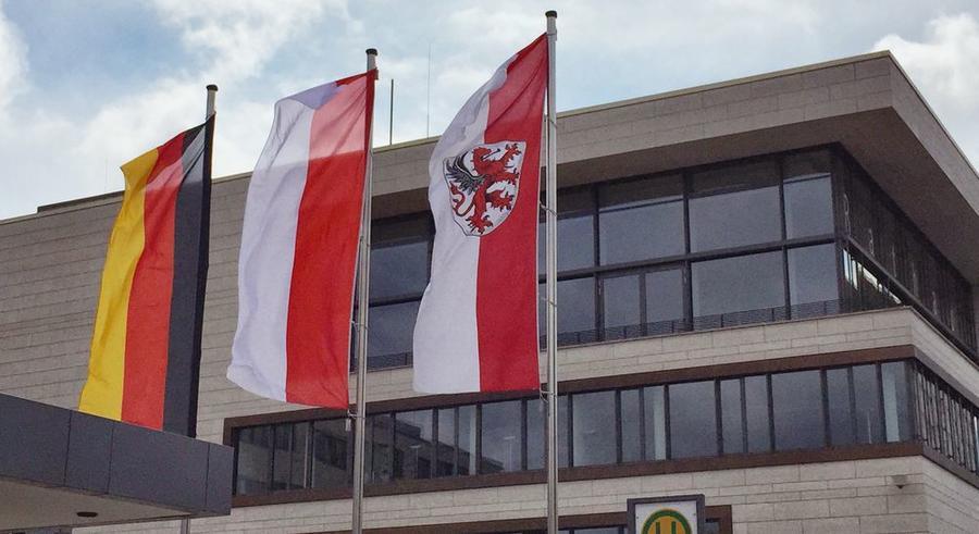 Beflaggung vor dem Rathaus - Bundes-, Landes- und Stadt-Flagge
