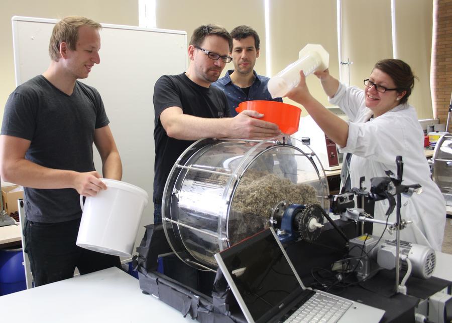 Eine gute Durchmischung der Biomasse ist Voraussetzung für einen hohen Biogasertrag. Mit einem Labormodell optimieren die studentischen Mitarbeiter Gerrit Priester und Helmut Röhner, der Wissenschaftliche Mitarbeiter Felix Brück und die studentische Mitarbeiterin Katharina Eberle (von links) das Verfahren