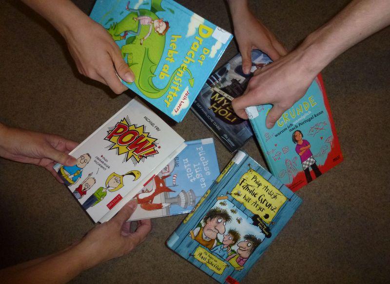 Hände greifen nach Leserattenbücher