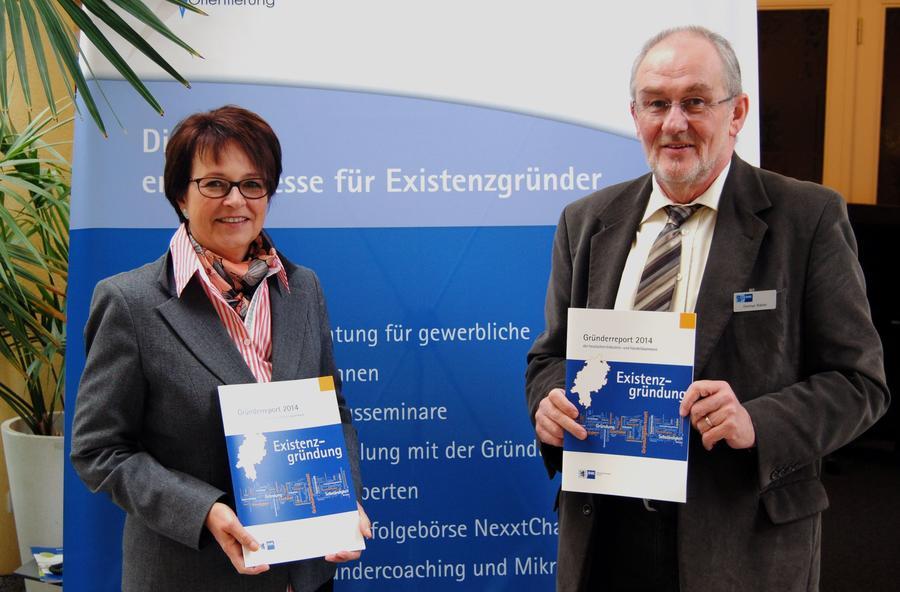 IHK-Geschäftsführerin Beate Hammerla und IHK-Existenzgründungsberater Dietmar Kübler präsentieren den Gründerreport 2014.