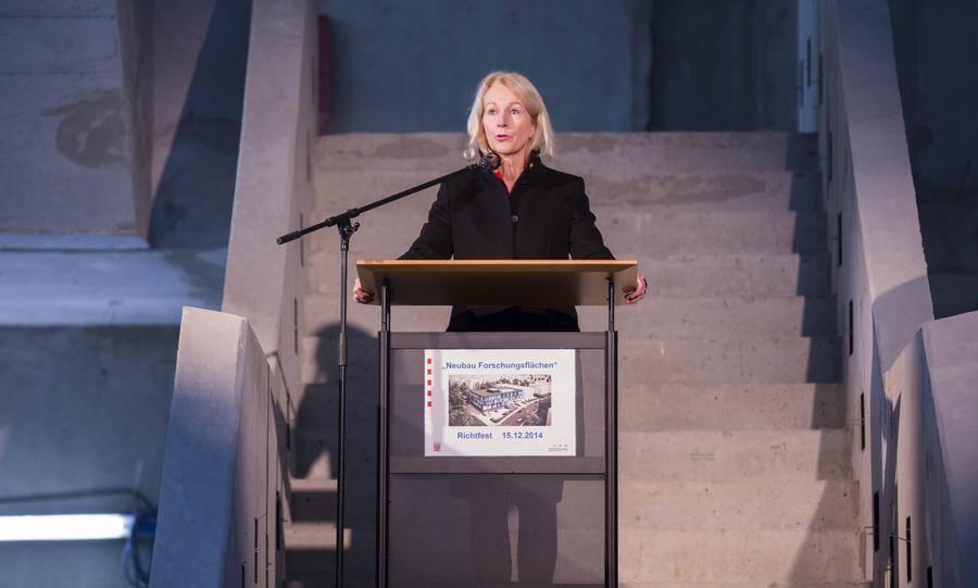 Finanzstaatssekretärin Dr. B. Weyland beim Richtfest des Forschungsneubaus der JLU