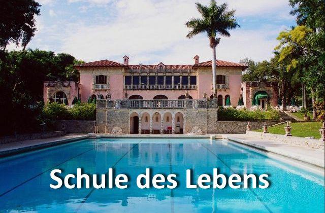 Schule des Lebens - mediteranes Gebäude mit Pool davor