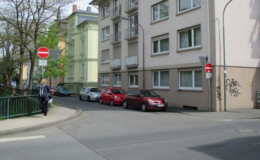 """Teilstück der Einbahnstraße Löberstraße mit Verkehrsschild """"Radfahrer aus beiden Richtungen"""""""