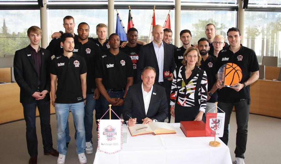 Die Basketballmannschaft der GIESSEN 46ers der Saison 14/15 zur Ehrung im Gießener Rathaus
