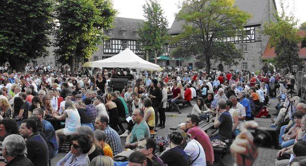 Besucher bei einer Veranstaltung auf dem Schiffenberg