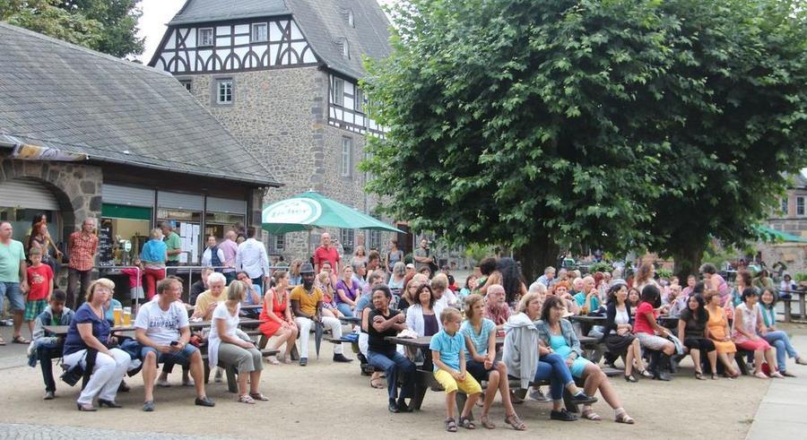 Besucher beim Musikalischen Sommer auf dem Schiffenberg
