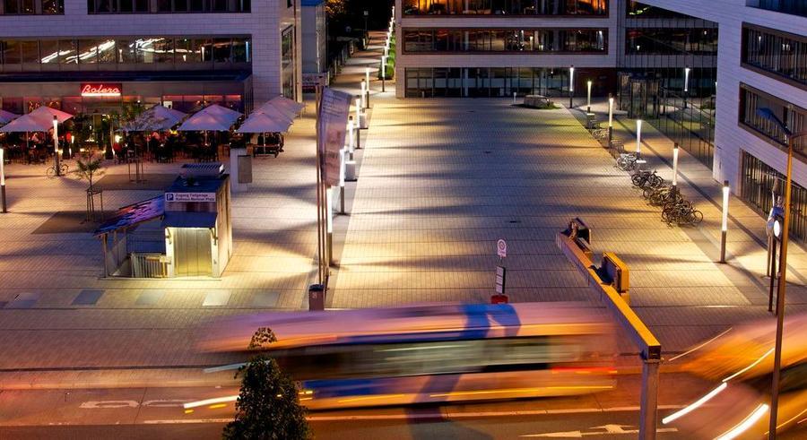 Rathaus und Bolero bei Dunkelheit