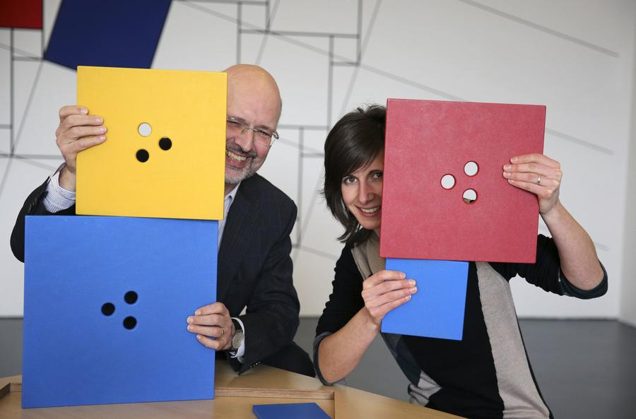 Prof. Beutelspacher und Laila Samuel zeigen im Mathematikum das Exponat Kettenlinie