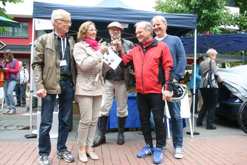 Schlüsselübergabe: Die STADTRADLER-STARS übergeben Oberbürgermeisterin Grabe-Bolz ihre Autoschlüssel