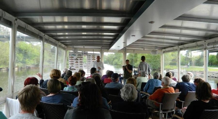 Zuhörer auf einem Boot bei der Naturschutzveranstaltung Die Lahn - Fische und ihr Lebensraum