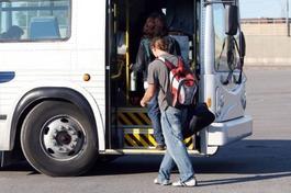 Schüler steigt in einen Bus ein