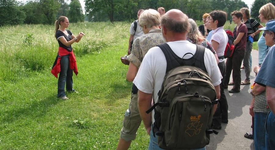 Teilnehmer einer Naturschutzwanderung im Jahr 2008