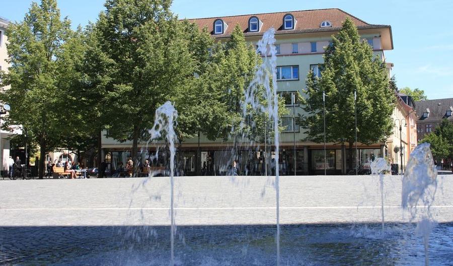 Blick über den 2015 neu gestalteten Kirchenplatz - im Vordergrund das Wasserspiel