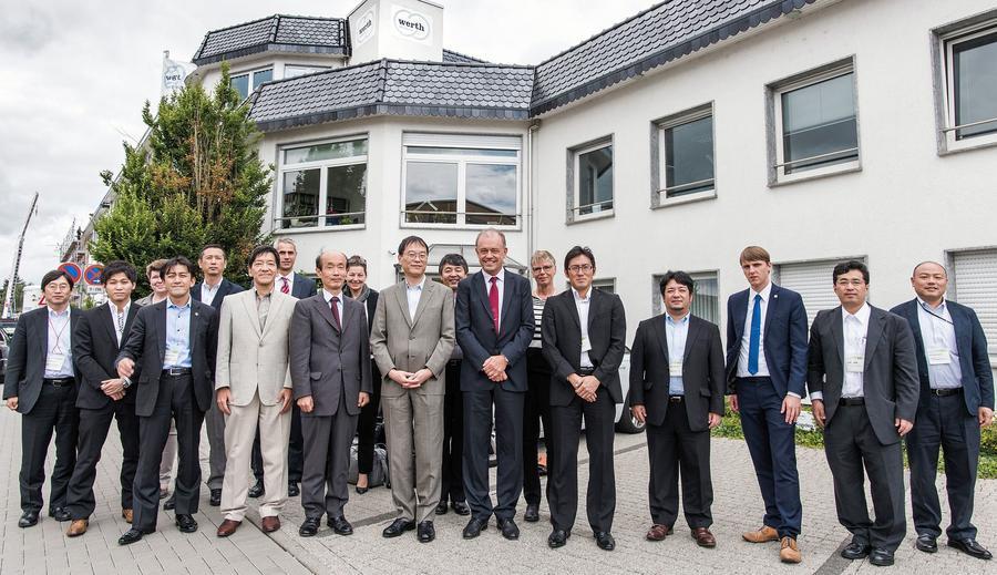 JETRO-Delegation bei Werth Messtechnik mit Geschäftsführer Dr.-Ing. Ralf Christoph (rote Krawatte, erste Reihe), Sabine Wilcken-Görich (rechts hinter ihm) und Soichi YOSHIMURA, Executive Vice President JETRO Tokyo und Delegationsleiter (links von ihm)