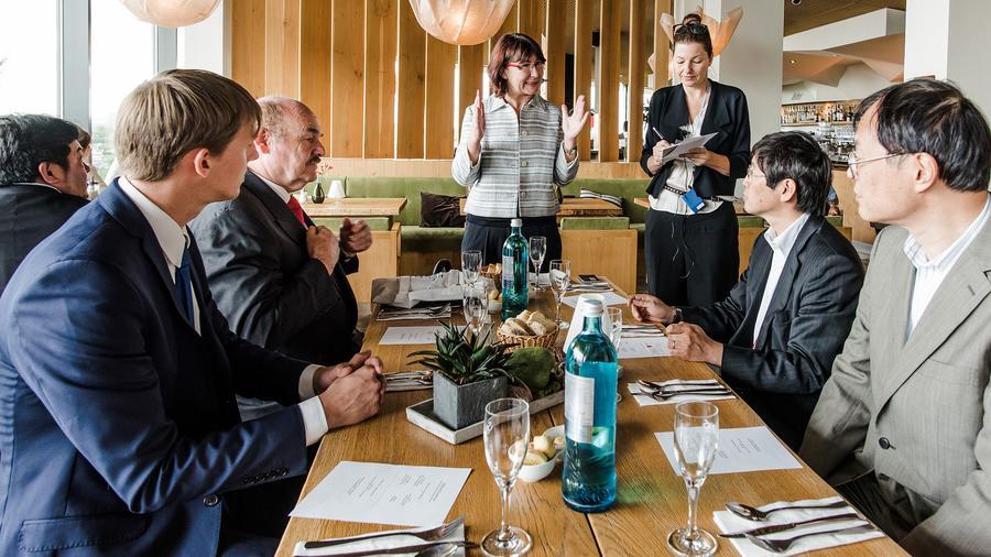 Stadträtin Eibelshäuser begrüßt japanische Gäste (v.r.n.l. Soichi YOSHIMURA, Executive Vice President JETRO Tokyo, Dai UEDA, Director General JETRO Düsseldorf, Übersetzerin, Eibelshäuser, RMG-Aufsichtsratsvorsitzender und Präsident der HWK Wiesbaden, Klaus Repp, RMG-Regionalmanager Christian Piterek)
