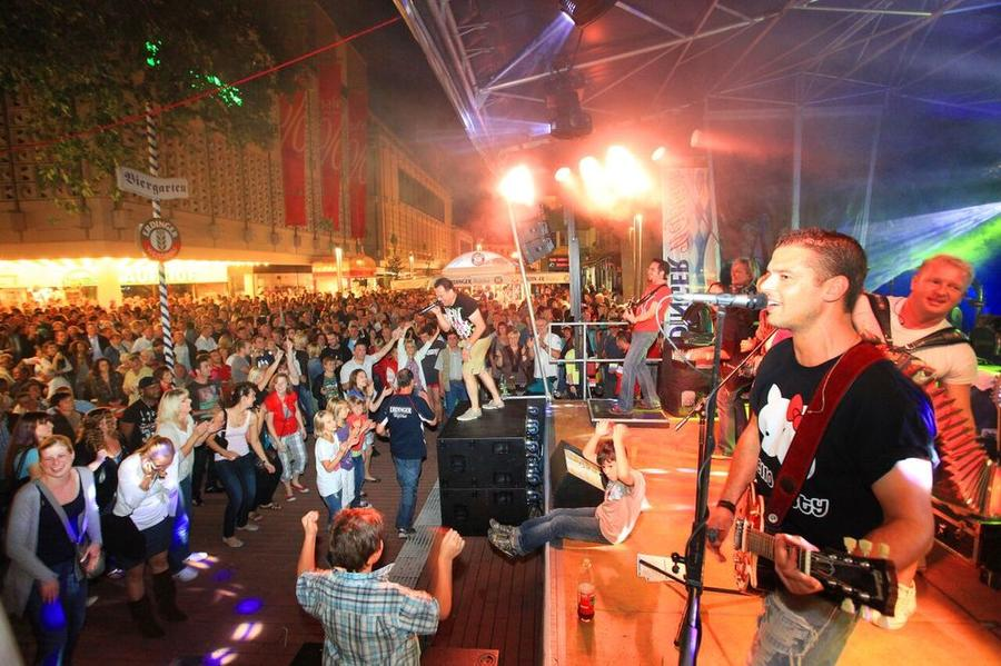 Besucher des Stadtfestes vor einer Bühne 2