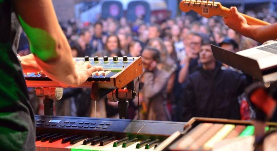 Blick von einer Bühne auf die Besucher des Stadtfestes