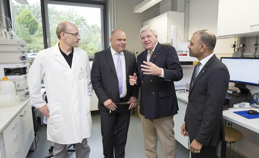 Ministerpräsident Volker Bouffier zu Gast im LOEWE-Zentrum für Insektenbiotechnologie und Bioressourcen