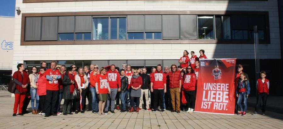 Vertreter der GIESSEN 46ers und Mitarbeiter der Stadt vor dem Rathaus