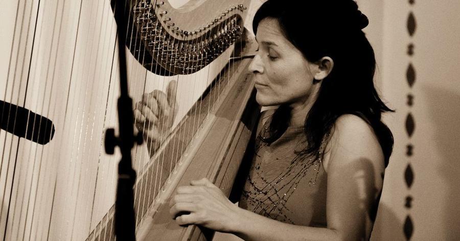 Cordula Poos an der Harfe