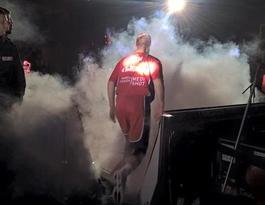 GIESSEN 46ers-Spieler betritt das Spielfeld in künstlichem Nebel