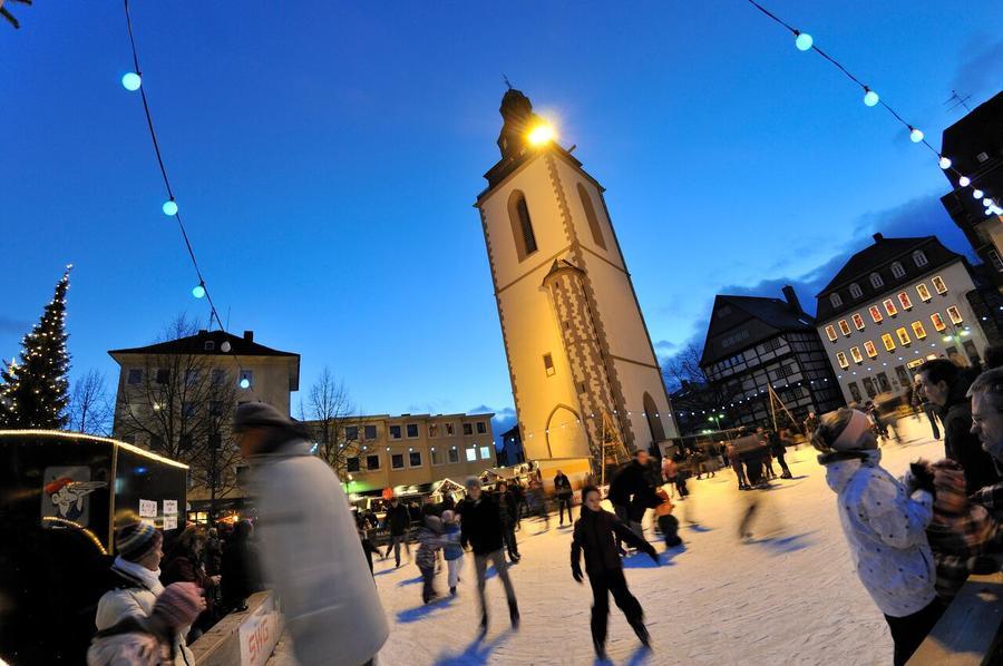 Eisbahn auf dem Gießener Weihnachtsmarkt