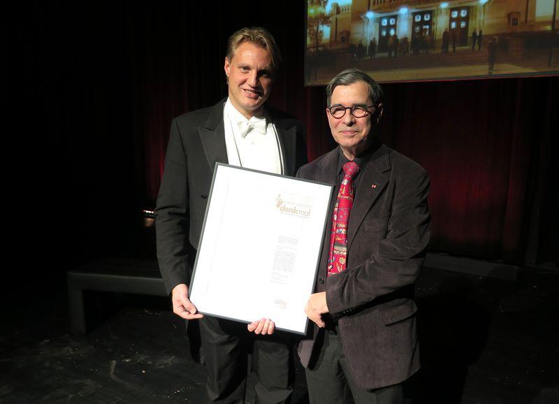 Preisträger Jan Hoffmann mit dem Theatervereinsvorsitzenden Burkhard Schirmer