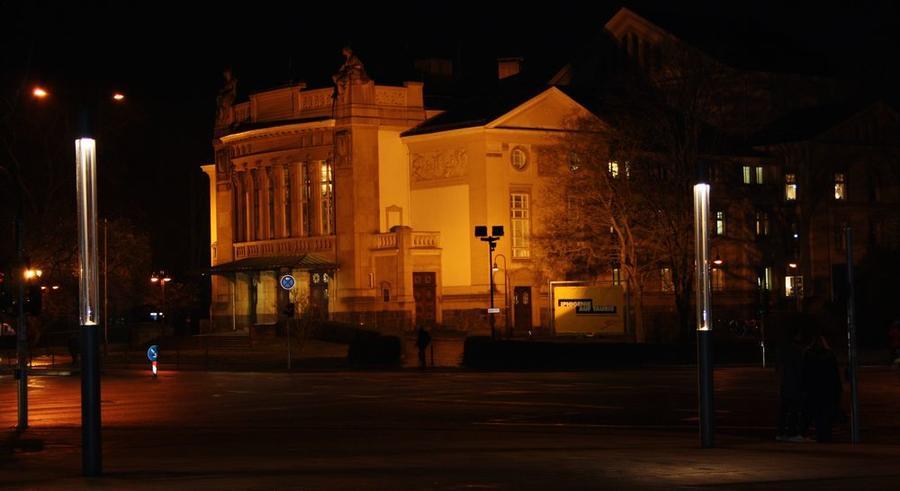 Blick auf das beleuchtete Stadttheater am Abend