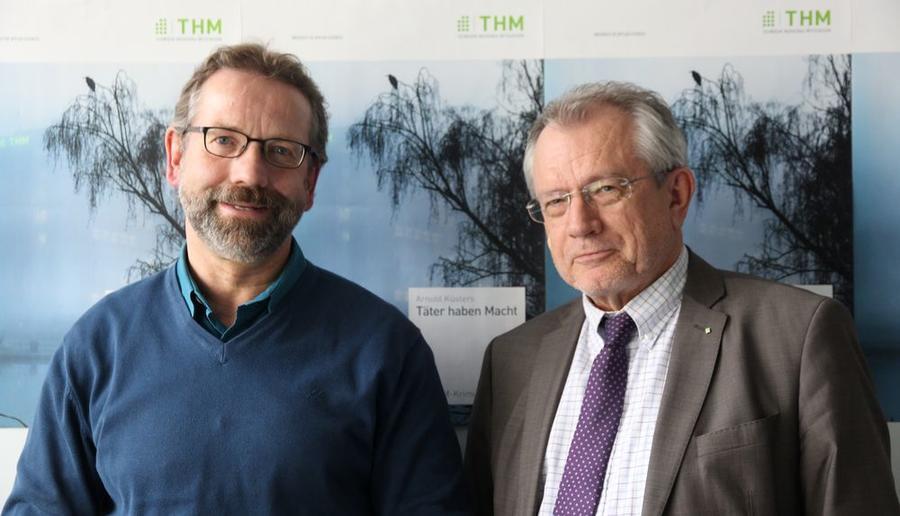 Arnold Küsters (links) und THM-Präsident Prof. Günther Grabatin stellen das neue Buch vor
