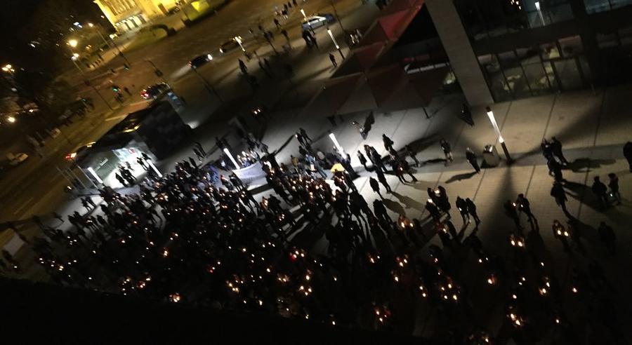 Lichterkette vor dem Rathaus