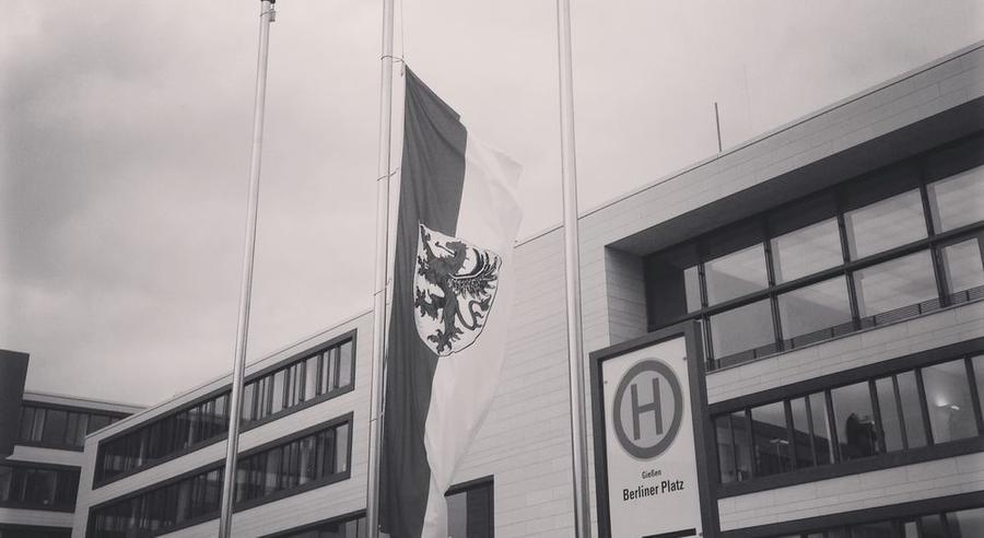 Gießen-Flagge auf Halbmast vor dem Rathaus