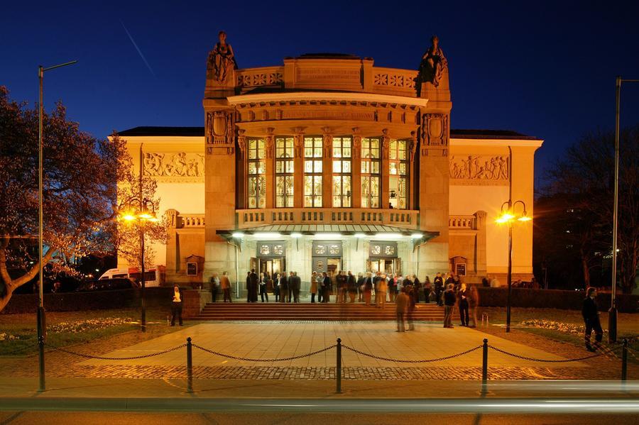 Stadttheater im Abendlicht