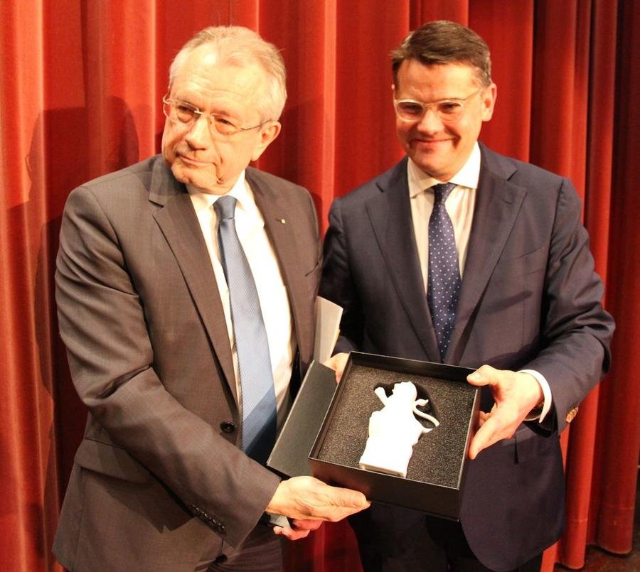 Wissenschaftsminister Boris Rhein überreicht dem scheidenden THM-Präsidenten Prof. Günther Grabatin (links) einen Hessenlöwen