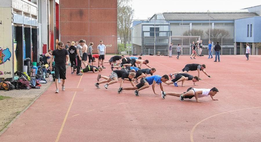 Sportler beim Streetworkout - Calisthenics