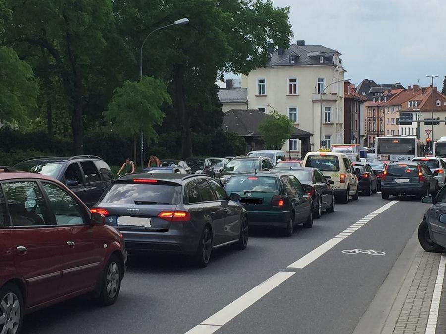 Starker Autoverkehr auf einer Straße in Gießen