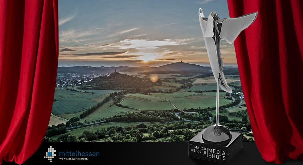 Bildmontage - Ausschnitt aus Imagevideo Mittelhessen mit rotem Vorhang und dem preis Silberne Victoria