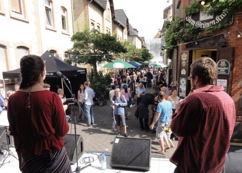 Blick von einer Bühne auf das Bruchstraßenfest