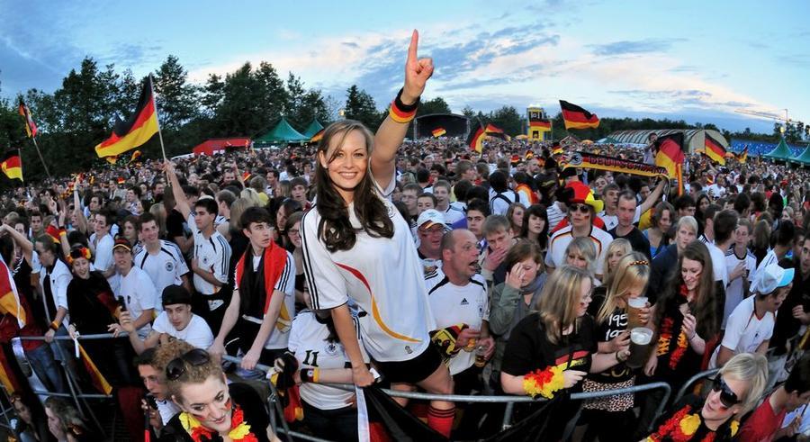 Fußball-Fans beim Public Viewing